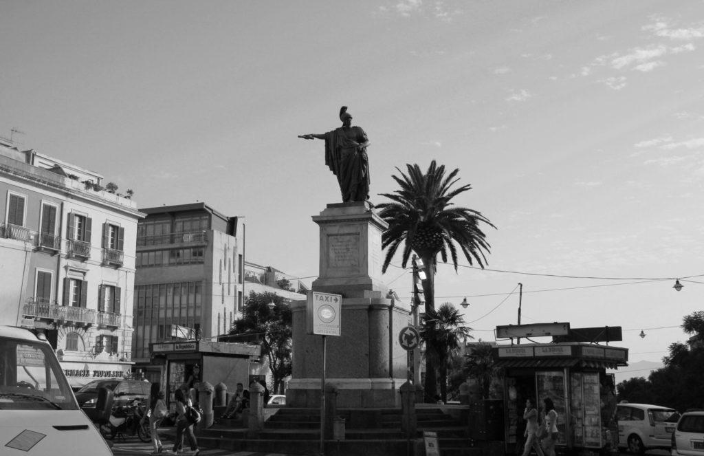 Nani sulle spalle dei giganti. Qualche considerazione su storia e statue.